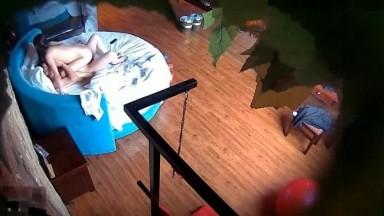 精品酒店蓝色圆床高清偷拍两对炮友啪啪苗条少妇上位摇到眼镜男腰疼差点起不来