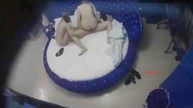 鸡巴不是很大的眼镜哥找来两个小姐蓝色大圆床玩双飞没多久就射了